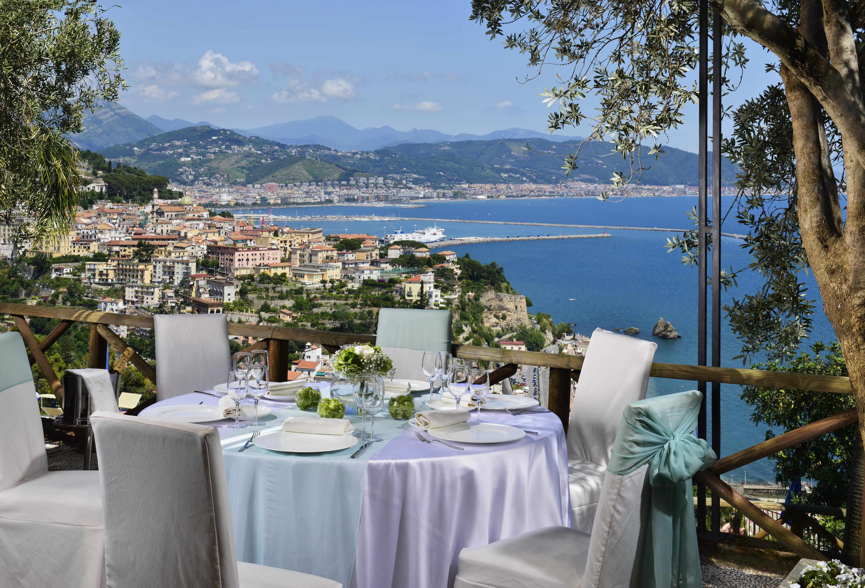 15-mod-Hotel-Raito_Amalfi-Coast_Ragosta-Hotels_pranzo-in-terrazza