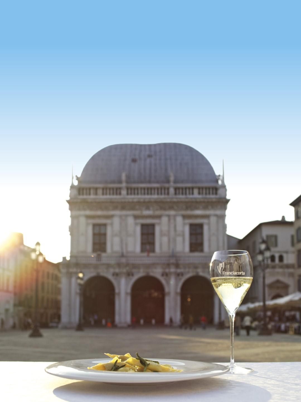 Brescia-Piazza Loggia-casoncelli-Franciacorta Ph.Comune di Brescia-Albatros Film